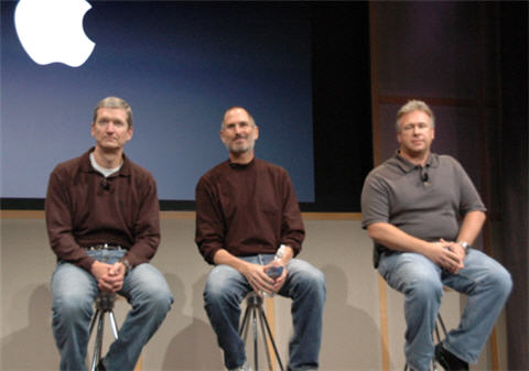 From left to right: Tim Cook (COO), Steve Jobs (CEO)