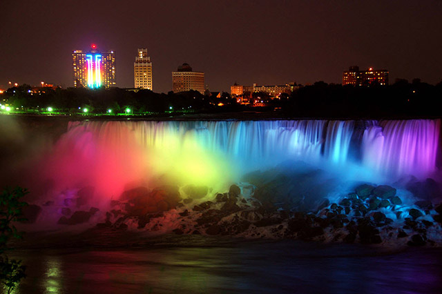 The Niagra Falls lights up!