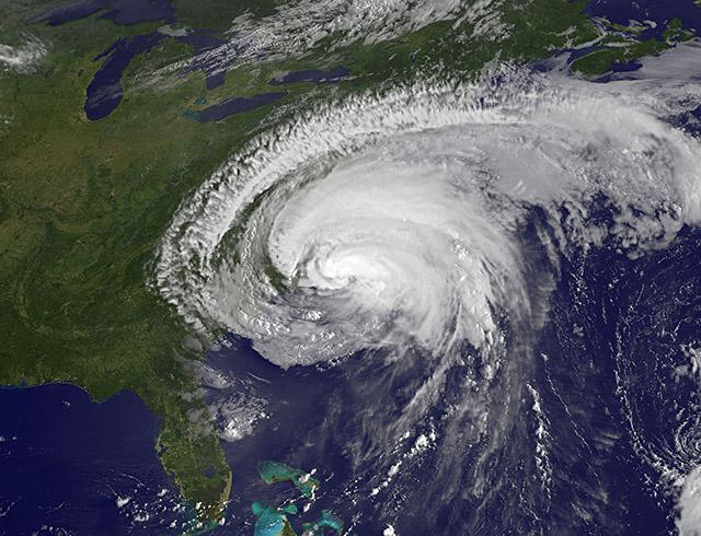 http://5.mshcdn.com/wp-content/uploads/2011/08/irene-makes-landfall-640.jpg