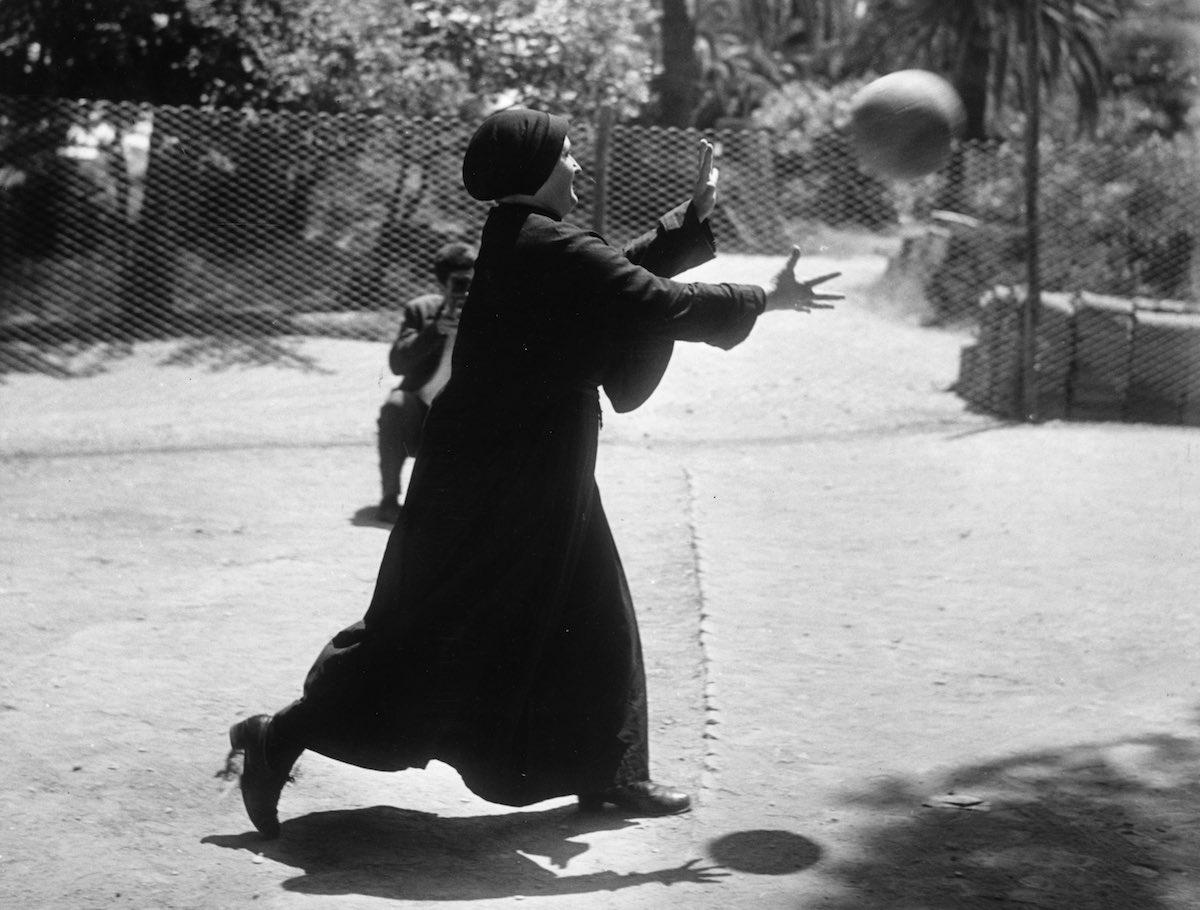 Монахини играют в футбол в Риме