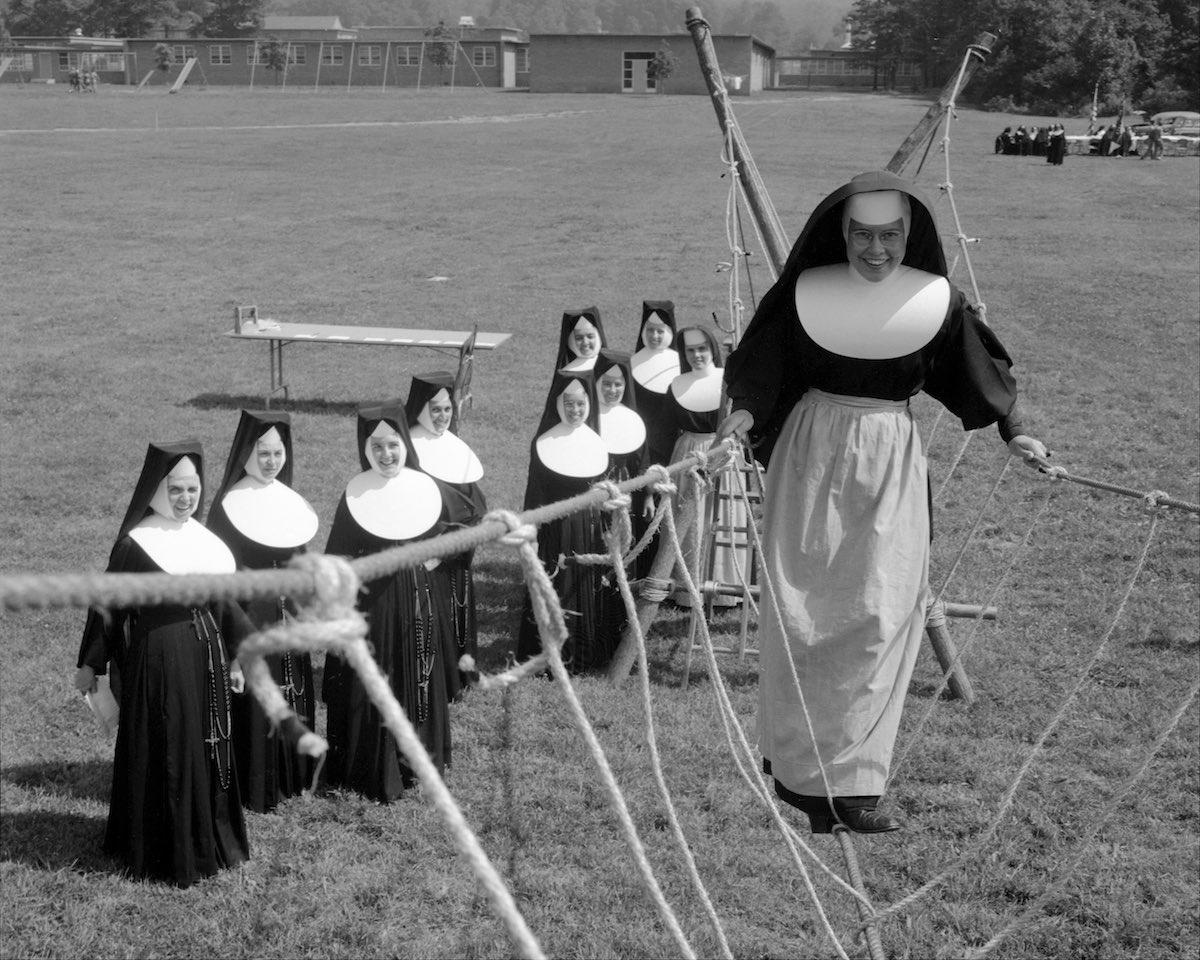 Монахиня на веревочном мосту