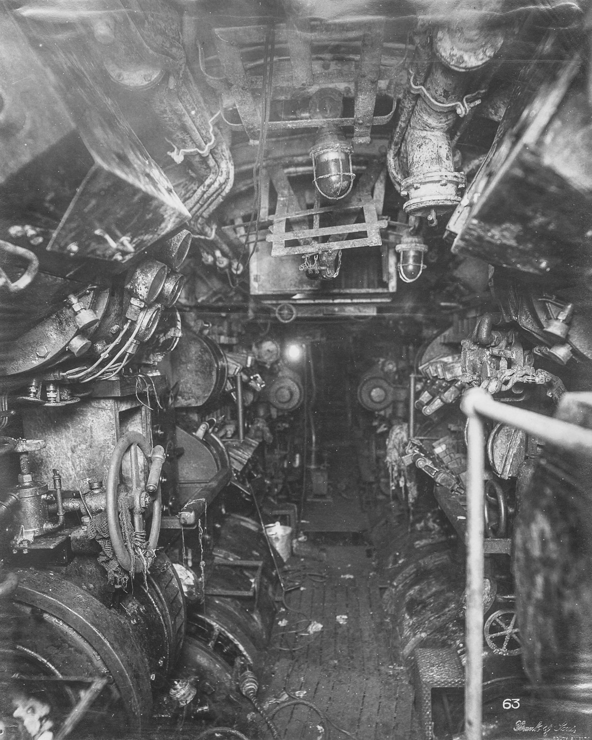 The inside of a wwi submarine was creepy and claustrophobic for Inside interieur