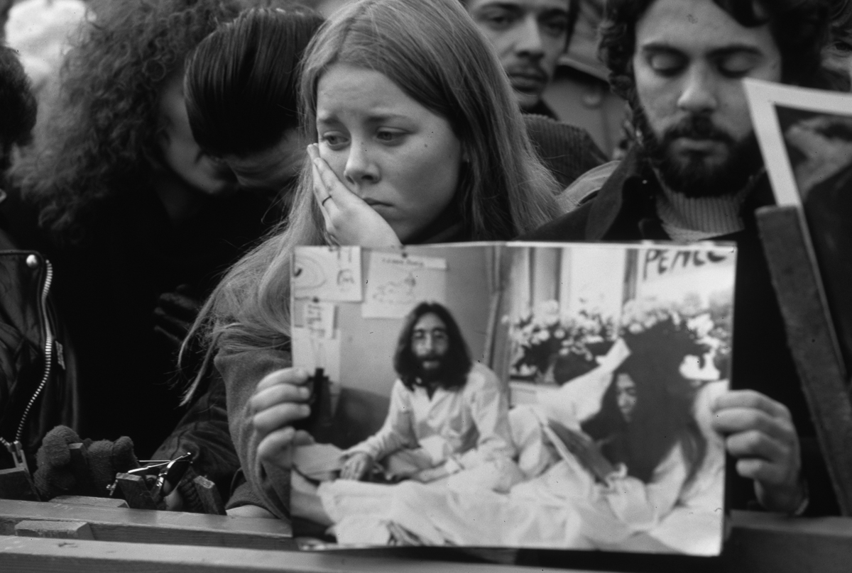 35 Years Ago Grief At The Scene Of John Lennon S Murder